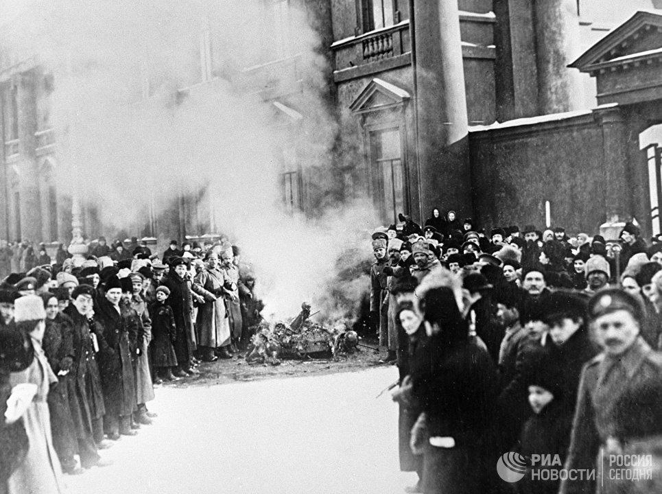 Сожжение государственных символов у Аничкова дворца во время Февральской революции. Петроград, 1917 год