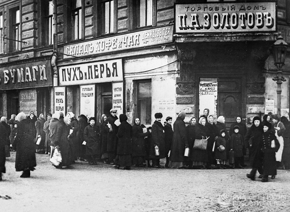 Жители Петрограда стоят в очереди у продовольственного магазина во время февральской буржуазно-демократической революции. 1917 год