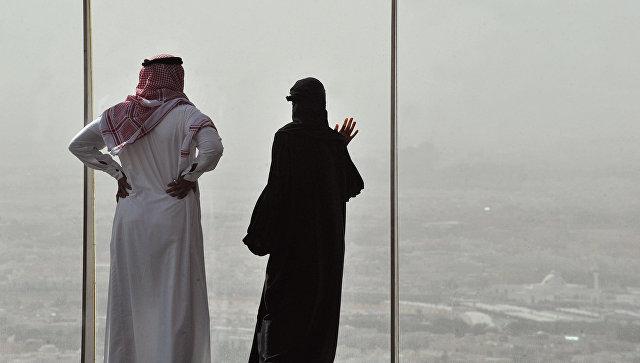 Жители Саудовской Аравии смотрят на пыльную бурю в Эр-Рияд