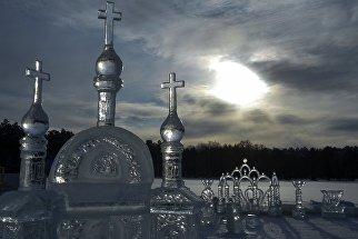 Ледяной городок на льду Раифского озера в окрестностях Раифского Богородицкого монастыря в Зеленодольском районе