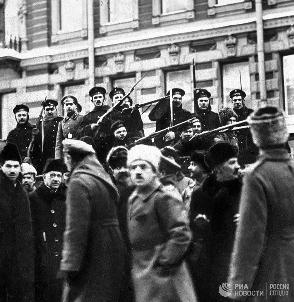 Матросы с крейсера Аврора присоединяются к восставшему народу во время Февральской революции. Петроград, 1917 год