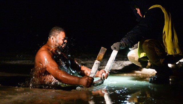 В Магадане из-за тонкого льда отменили крещенские купания