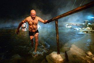 Верующие купаются в реке Енисей в Саяногорске во время празднования Крещения Господня