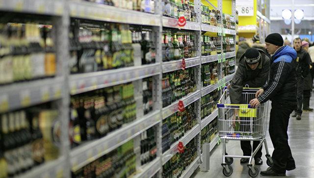 Покупатели выбирают алкогольную продукцию в гипермаркете Лента. Архивное фото