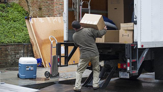 Грузчики перевозят вещи семьи Барака Обамы в их новое жилье под Вашингтоном