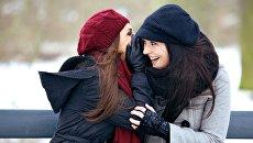 Девушки беседнуют зимним днем