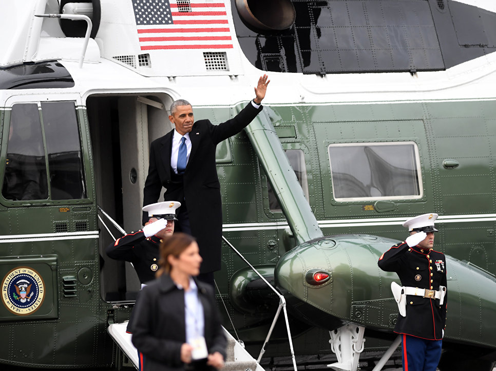 Бывший президент США Барак Обама садится в вертолет, чтобы покинуть Капитолий США после церемонии инаугурации Дональда Трампа. 20 января 2017