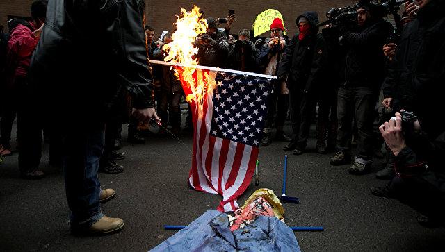 ВКанаде протестующие сожгли флаг США