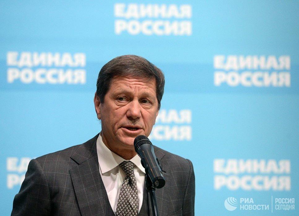 Первый заместитель председателя Госдумы РФ Александр Жуков отвечает на вопросы журналистов перед началом XVI съезда партии Единая Россия в Москве