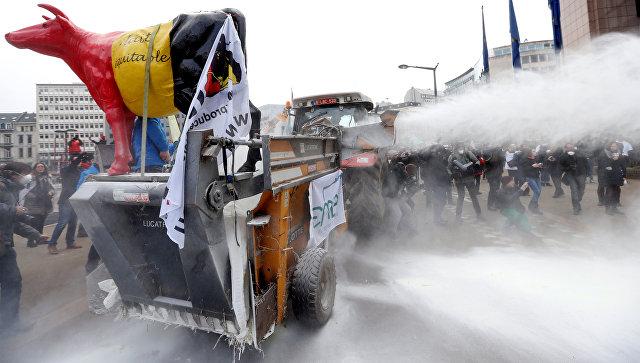Протестующие фермеры засыпали штаб-квартируЕС сухим молоком