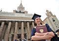 Выпускница университета после церемонии вручения дипломов с отличием 2012 года у Главного здания МГУ имени М.В.Ломоносова
