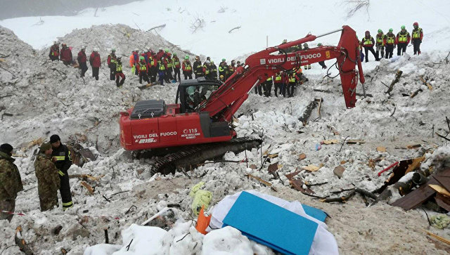 Итальянские спасатели во время поисковой операции в отеле Rigopiano di Farindola. Архивное фото