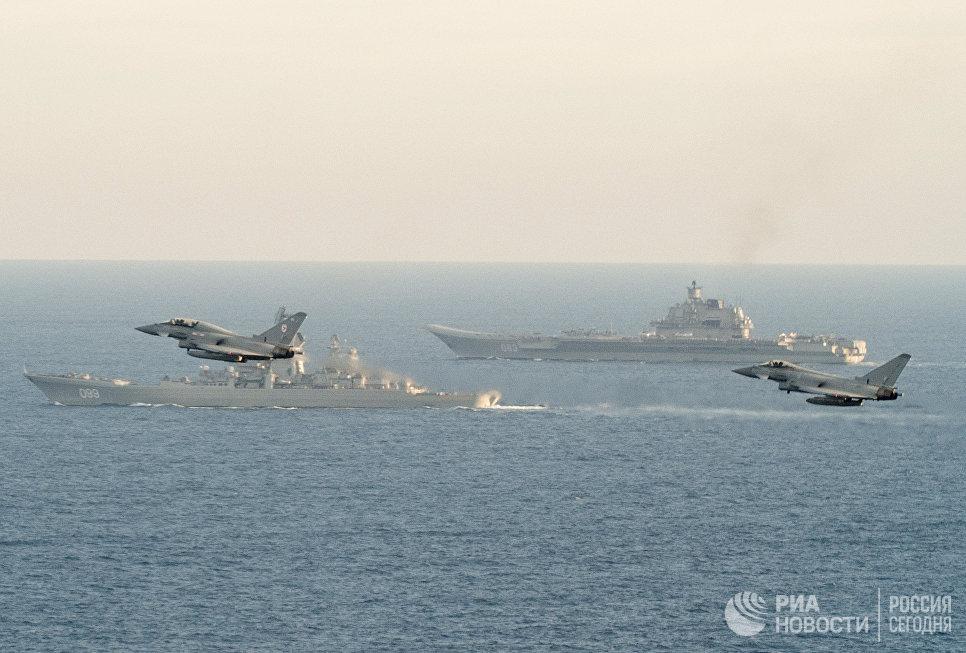 Самолеты британских ВВС Тайфун сопровождают российские корабли Петр Великий и Адмирал Кузнецов