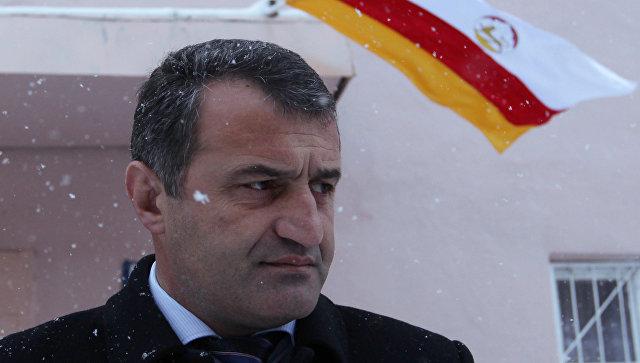 Кандидат в президенты Южной Осетии Анатолий Бибилов у входа на избирательный участок