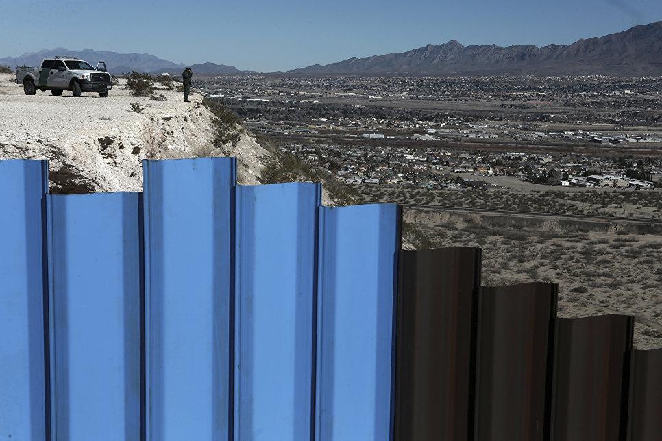 Возле пограничного ограждения Мексика-США