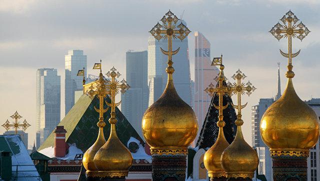 Купола собора Спаса нерукотворного образа (Верхоспасского собора) и небоскребы Москва-сити. Архивное фото