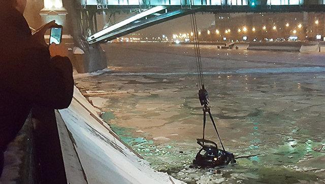 В столице инспектор ДПС спас женщину изтонущей машины