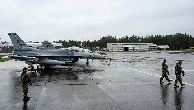 Американские истребители на аэродроме в Швеции во время учений войск НАТО в Балтийском регионе. Архивное фото