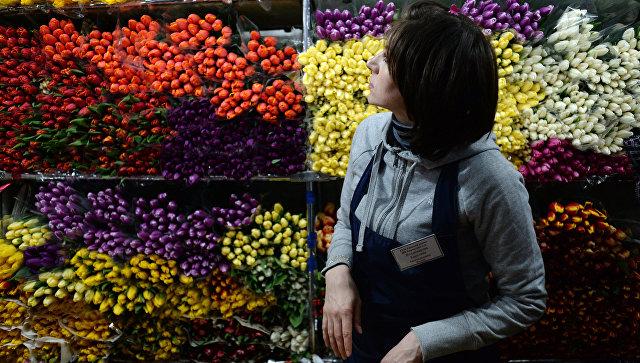 Продажа цветов накануне праздника 8 марта. Архивное фото