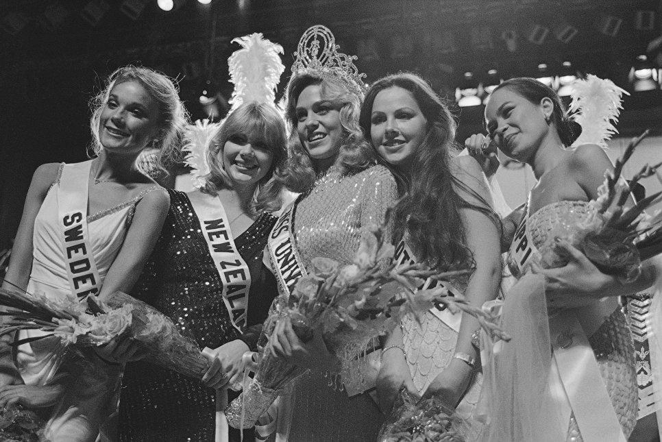 Мисс Вселенная 1980 Шон Уизерли (США) со своими соперницами из Швеции, Новой Зеландии, Шотландии, Филиппин