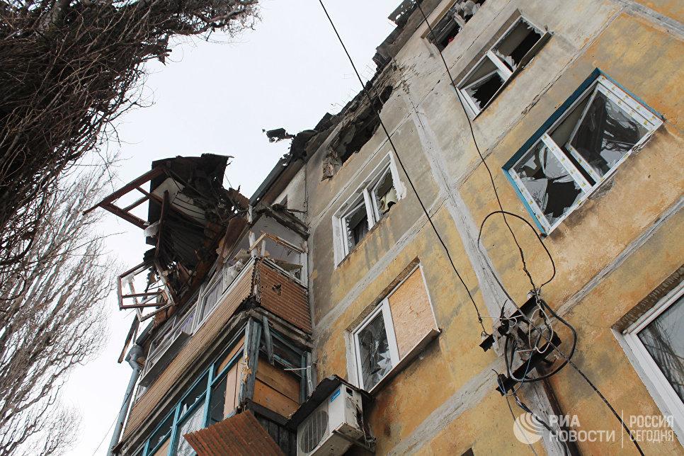 Дом, пострадавший в результате обстрела украинскими силовиками, в Донецке