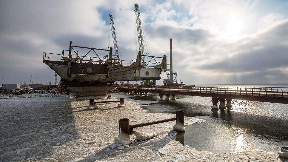 Строители сооружают морские пролеты моста в Крым. 1 февраля 2017