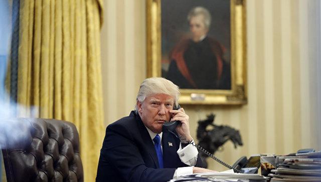 Президент США Дональд Трамп во время разговора с премьером Австралии Малкольмом Тернбуллом. 28 января 2017