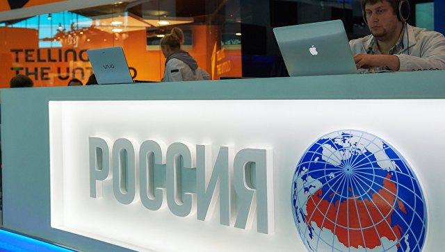 Подготовка павильона МИА Россия сегодня перед открытием Петербургского международного экономического форума 2015. Архив