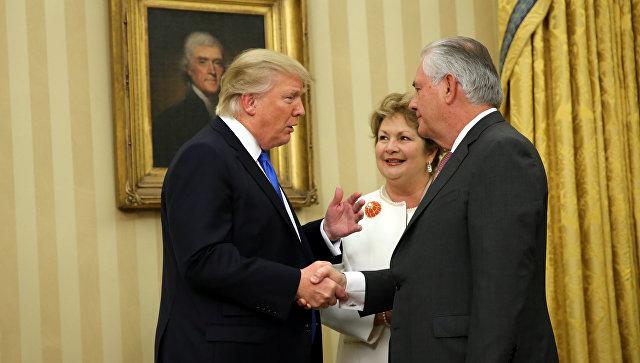 Президент США Дональд Трамп и госсекретарь США Рекс Тиллерсон. 1 февраля 2017 года