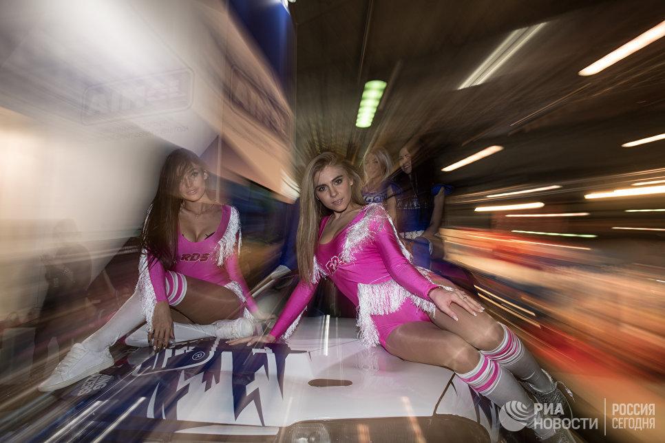 Модели на выставке Motorsport Expo в КВЦ Сокольники в Москве