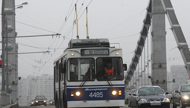 В столицеРФ наКрымском мосту столкнулись вседорожный автомобиль илегковушка