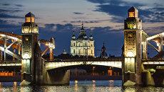 Вид на мост Петра Великого и Смольный собор во время белых ночей в Санкт-Петербурге. Архивное фото