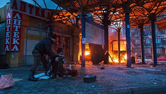Пострадавший в результате обстрела на автобусной станции в городе Донецке. Архивное фото