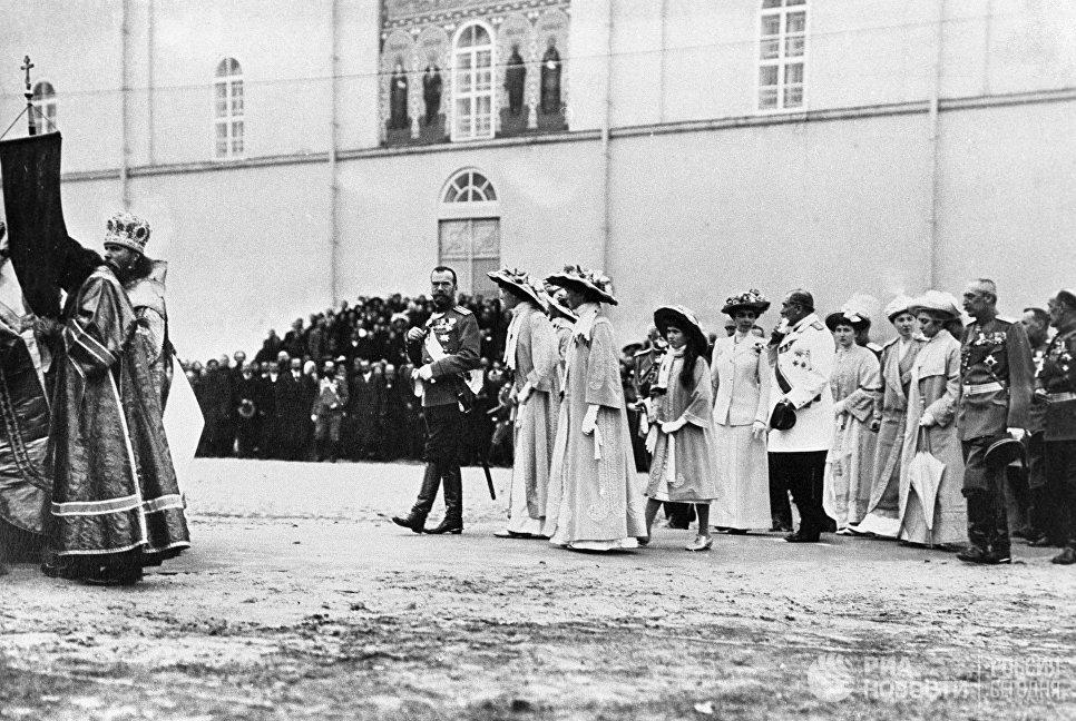 Российский император Николай II с семьей следует за Крестным ходом к месту возведения памятника Минину и князю Пожарскому. Нижний Новгород 1913 год