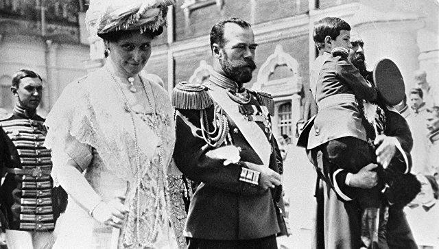 Российский Император Николай II, Императрица Александра Федоровна и цесаревич Алексей следуют из Успенского собора в Николаевский дворец
