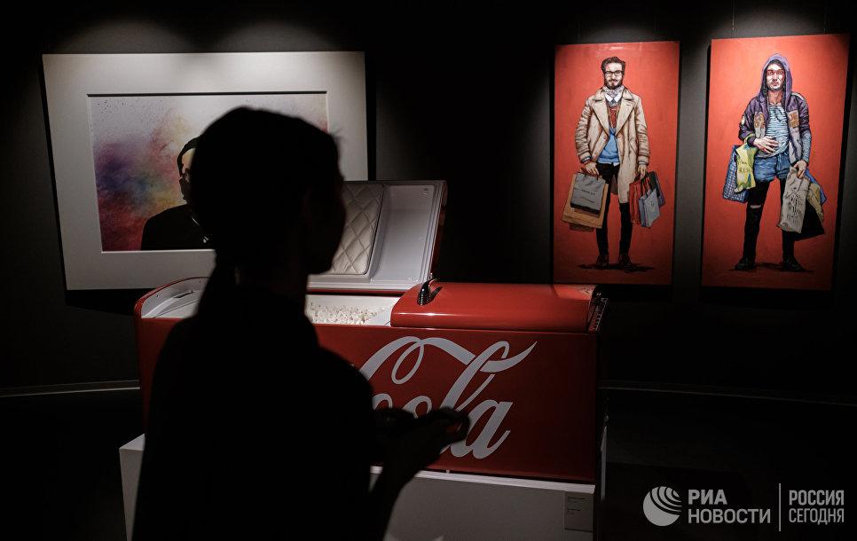 Работы лидера группы Ленинград Сергея Шнурова на персональной выставке Ретроспектива брендреализма в музее современного искусства Эрарта в Санкт-Петербурге
