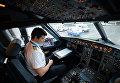 """Капитан рейса SU 1307 авиакомпании """"Аэрофлот"""" Константин Камнев в кабине самолета А-321"""