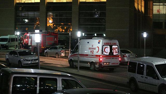 Автомобиль скорой помощи покидает здание суда в Стамбуле. Архивное фото