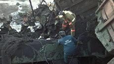 Сотрудники МЧС на месте схода вагонов в Иркутской области