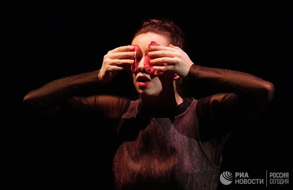 Полина Митряшина выступает в одноактном балете Видение розы на вечере балета Танцы о любви