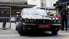 Официальный представитель Северной Кореи покидает морг в Куала-Лумпуре, где проводилось вскрытие тела Ким Чен Нама. 15 февраля 2017