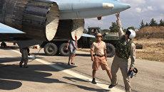Российские летчики готовятся к посадке в истребитель Су-30 перед вылетом с аэродрома Хмеймим в Сирии