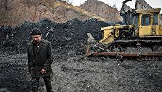 Угольный склад шахты имени Челюскинцев в Донецке. Архивное фото