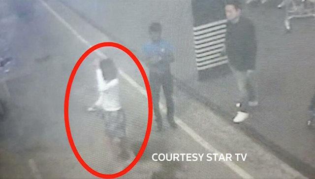Задержанная женщина, подозреваемая в причастности к убийству Ким Чен Нама, на кадре с камеры видеонаблюдения в аэропорту Малайзии