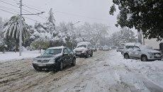 Движение транспорта во время снегопада в Сухуме