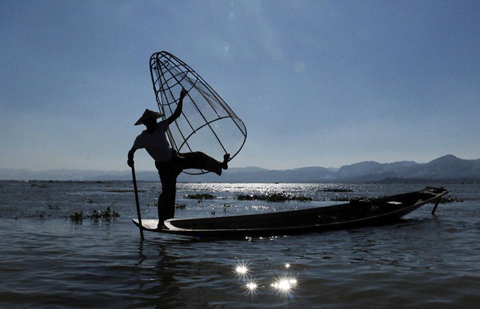 Рыбак на озере Ингле, Мьянма