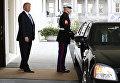 Президент США Дональд Трамп около автомобиля
