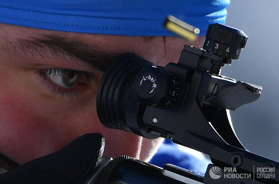 Антон Шипулин (Россия) на огневом рубеже индивидуальной гонки среди мужчин на чемпионата мира по биатлону в австрийском Хохфильцене
