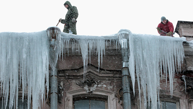 Катастрофа вВоронеже: наженщину сколяской упала ледяная глыба