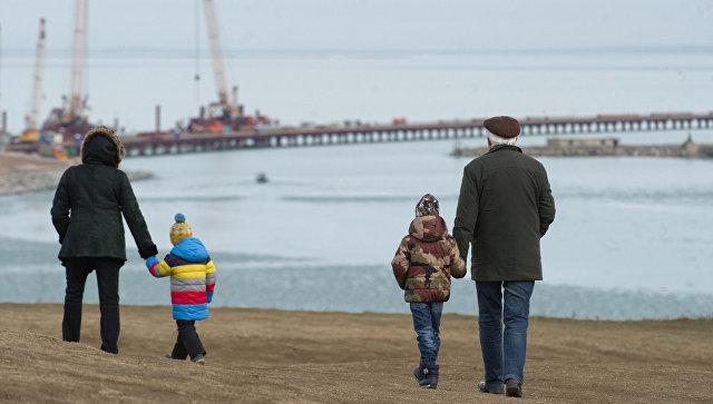Жители Керчи наблюдают строительством моста через Керченский пролив в Крыму